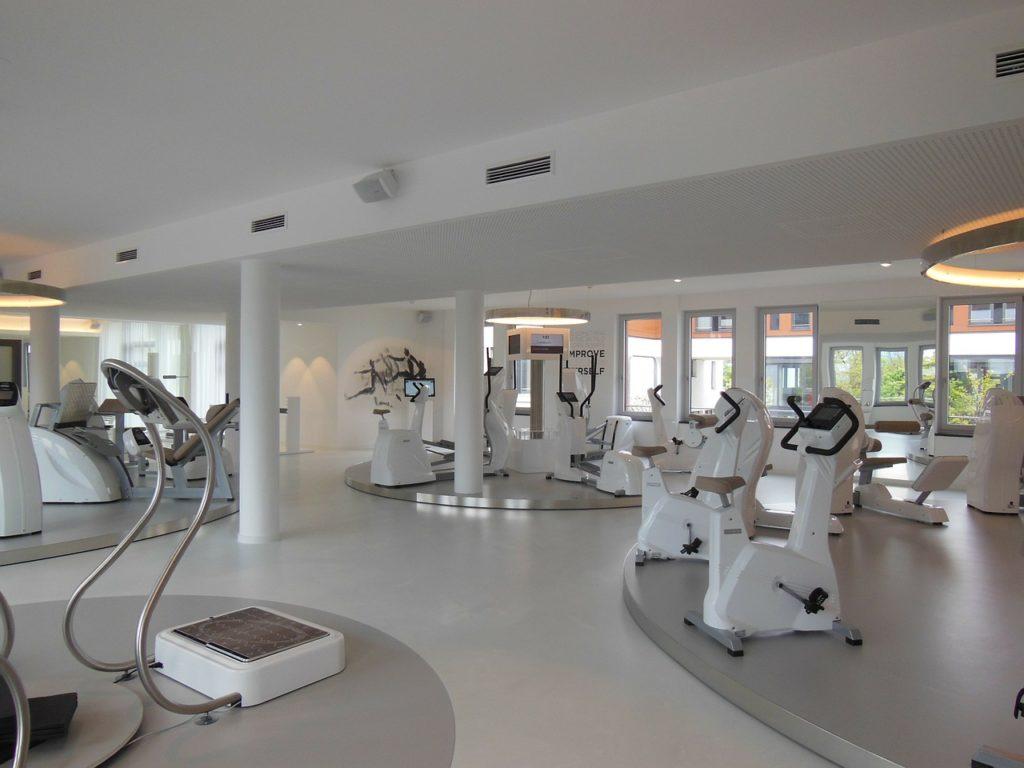 Fitness Studio weiß eingerichtet
